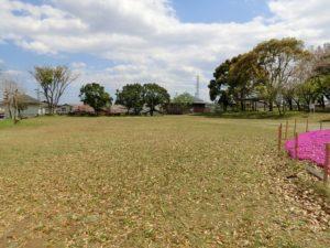 【久保古墳に隣接する公園ですが硬いボールでの遊びは禁止です】