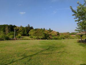 【広々した公園なので、人がいない時は長いリードで遊ばせることもできそうです】