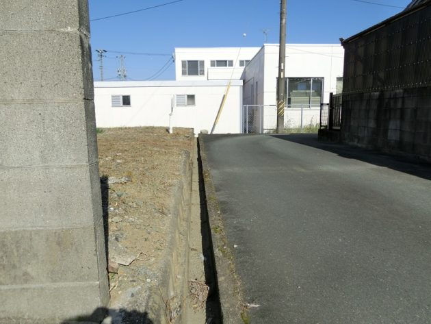 【前面道路には小さな側溝が設置してあります】