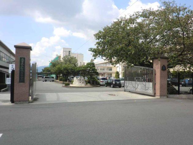【物件前にある県立松阪高等学校】