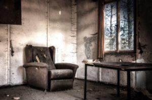 【売却不動産に残る古い家具】