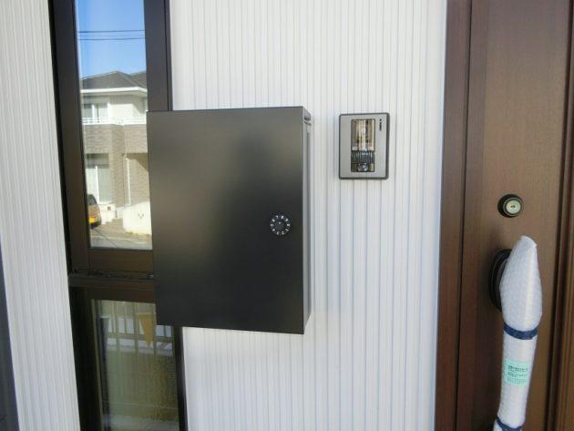 【玄関ドアとマッチしたお洒落なポスト】