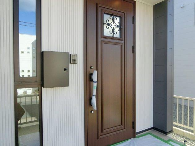 【お洒落な木彫の玄関ドア】