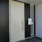【シンプルな玄関扉】