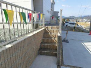 【玄関前にある入口階段アプローチ】