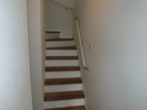 【白を基調にした手すり付き階段】