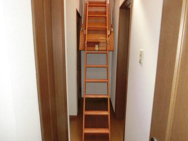 【2階廊下上部にある小屋裏収納の階段】