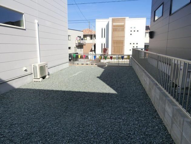 【駐車場奥にある庭・道路と高低差があるので目線が合いません】