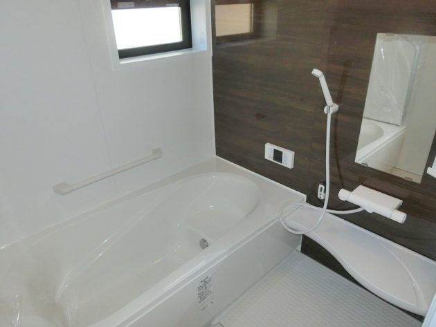 【シックな木目調壁パネルのある浴室】