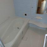 【シンプルなワンポイントパネルの浴室】