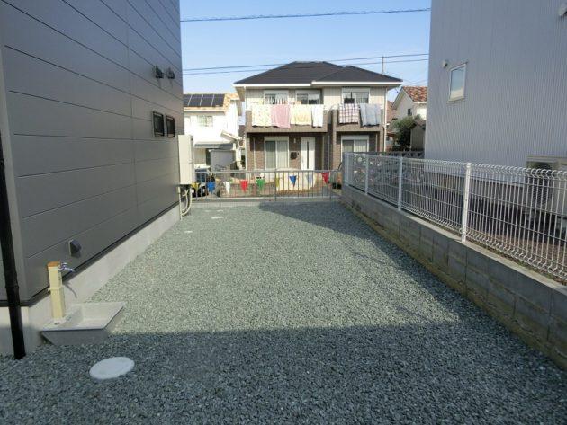【駐車場奥に位置するちょっとした庭】