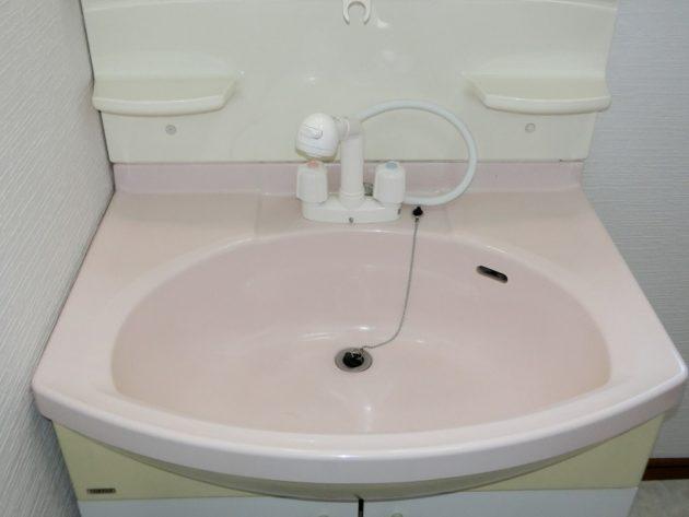 【ピンクの大きなボウルが素敵な洗面台】