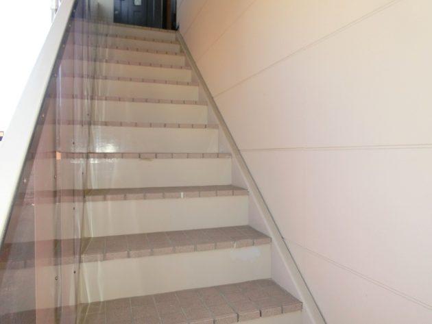 【手すりはありませんが広い玄関前階段】