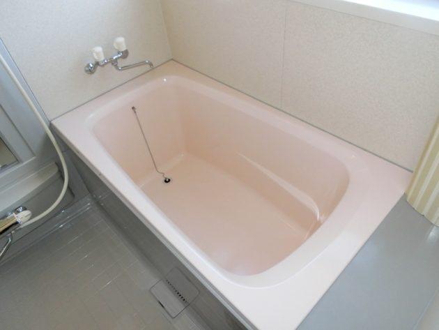 【ピンク色のシンプルな浴槽】