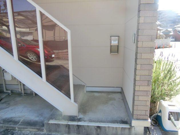 【小さなポストの付いた階段入口】