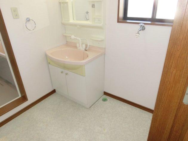 【大きな洗濯機も置け換気窓もある洗面脱衣室】