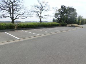 【テニスコートの横にも大駐車場があります】