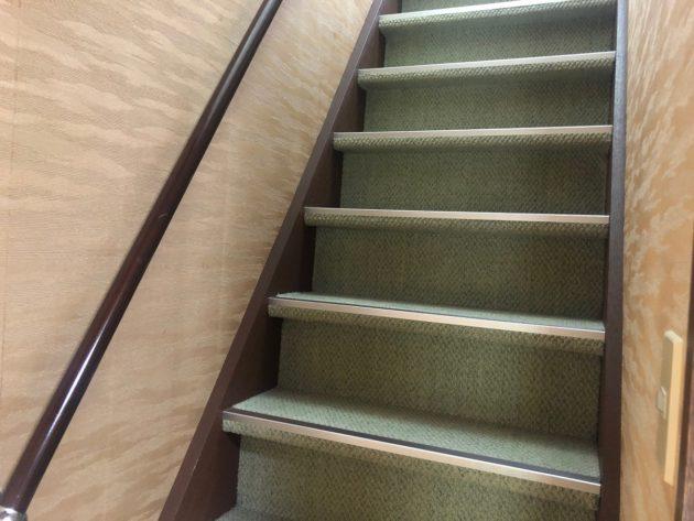 【昔の階段なので少し急ですが安心な手すり付きです】