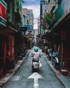 【pixabayより 松阪市内にもたくさんある細い路地(画像は関係ありません)】