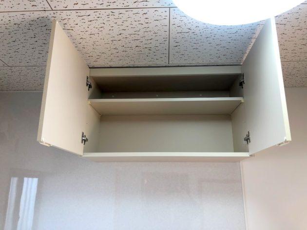 【キッチン流し台上の吊戸棚】