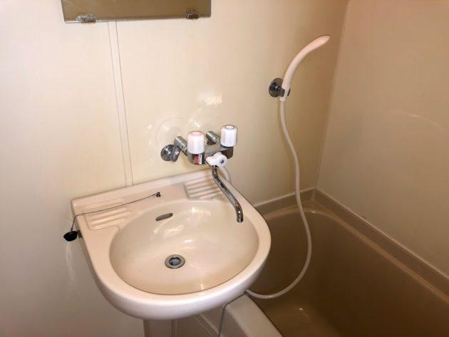 【シャワーとカランの付いた浴室内洗面台】