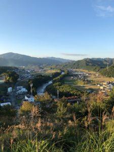 【ゆとりの丘公園と隣接した五箇篠山城跡の景色】
