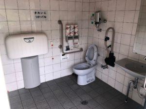 【ベビーベットも備え付けてある桂瀬公園内多目的トイレ】