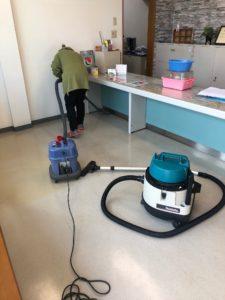 【水も吸える業務用掃除機で丁寧に清掃】