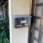 【玄関と横にあるポスト】