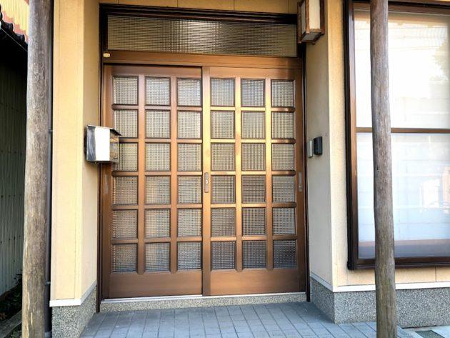 【ブロンズ色の玄関引き戸】