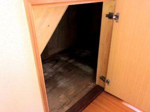 【階段下にある小さな収納】