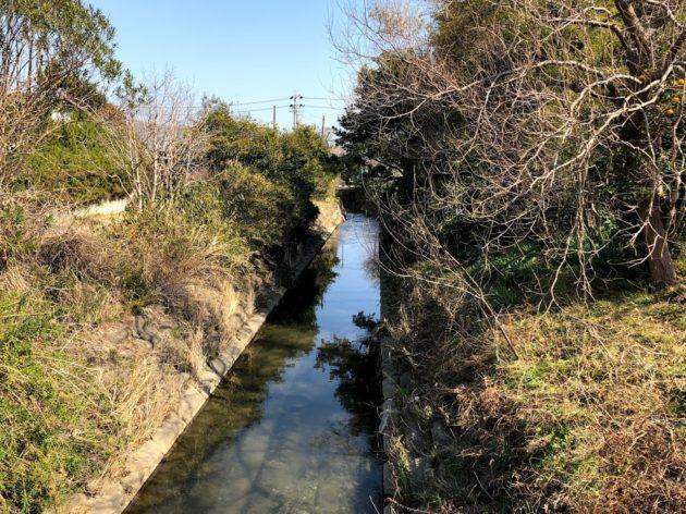 【物件横を流れる名古須川】