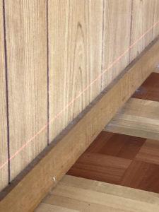 【建物状況調査に欠かせないレーザー墨だし器のレーザーの赤い線】