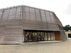 【三重県内の様美味しいものが集まるフードコート的な屋根付きスペースダイニングホール】
