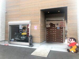 【玄関前にステキなバイクが飾ってあります】