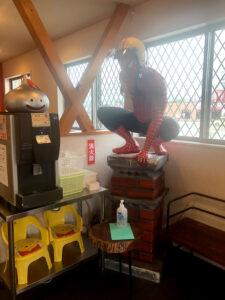 【入口の待合室横で迎えてくれる大きなスパイダーマン】